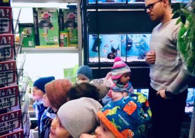 Odwiedziny małych akwarystów w sklepie zoologicznym ZooNemo Legionowo Błękitne Centrum (6)